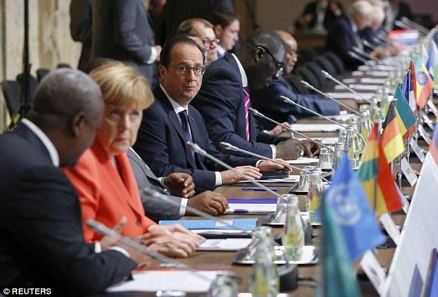 Los líderes de varias naciones africanas estuvieron presentes en la conferencia para discutir la migración con sus homólogos europeos.  En la foto de izquierda a derecha son de Ghana presidente John Dramani Mahama, la canciller alemana Angela Merkel y el presidente francés, Francois Hollande