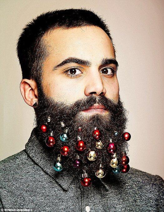 Truco: en 2015, una agencia de publicidad londinense inventó adornos de barba como decoración para su tarjeta de Navidad de la compañía.