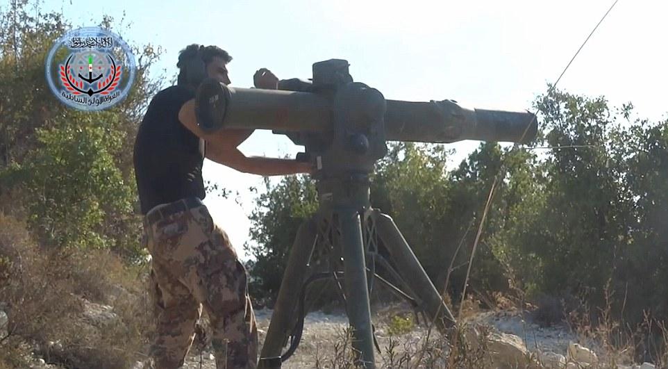 Objetivo: Un video pretendía ser filmado por el Ejército Libre de Siria muestra un combatiente rebelde disparar un misil tanque en un helicóptero