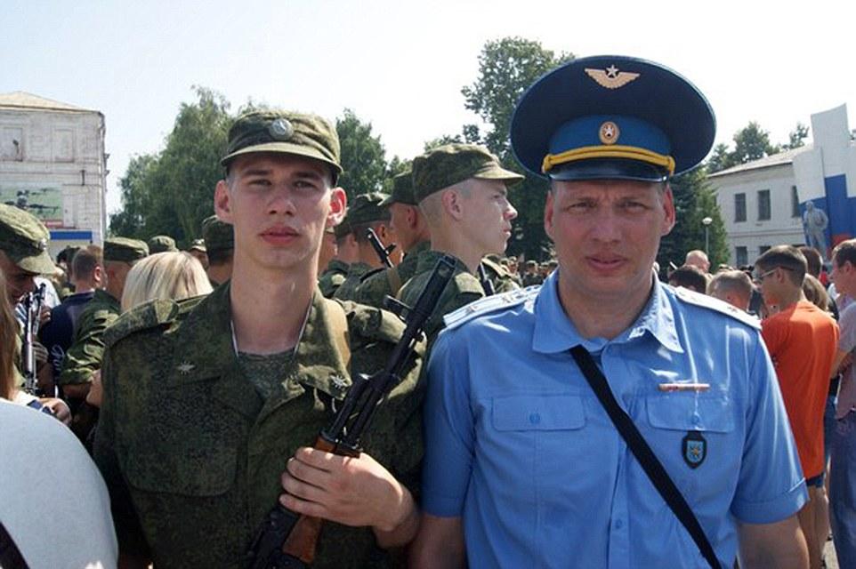 El piloto en el video ya ha sido identificado como Sergei Rumyantsev, una de las principales en Shagol base aérea cerca de Chelyabinsk, al este de los montes Urales, en el centro-sur de Rusia. Él es la foto (derecha) junto a un joven militar que se cree que podría ser su hijo