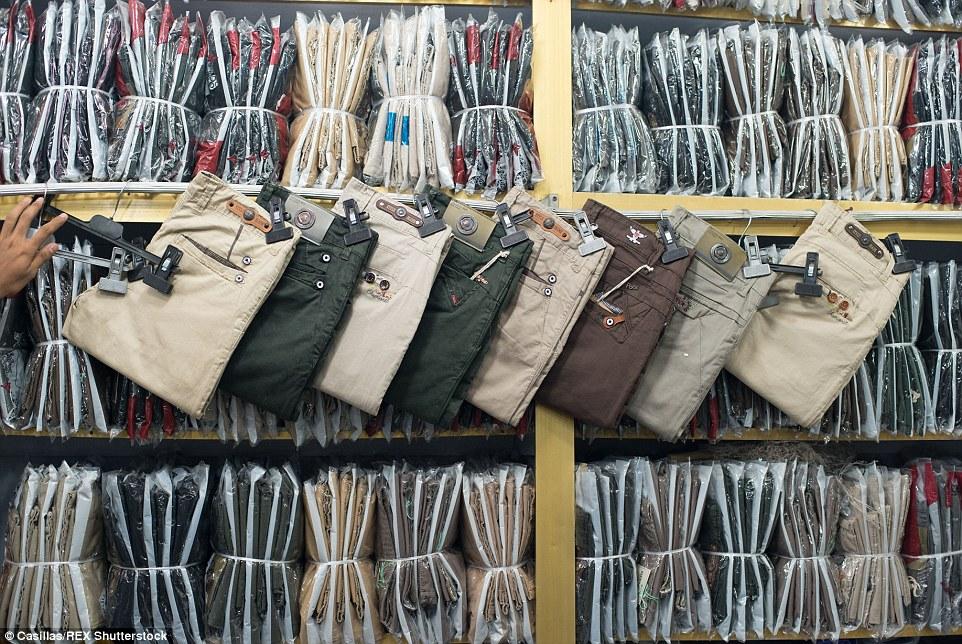 Una sala de exposición de distribuidor al por mayor de los hombres Pantalones produjo en una fábrica informal en Old Dhaka, Bangladesh