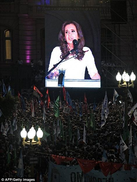 La presidenta de Argentina, Cristina Fernández de Kirchner (en pantalla gigante) aborda seguidores en Plaza de Mayo en Buenos Aires