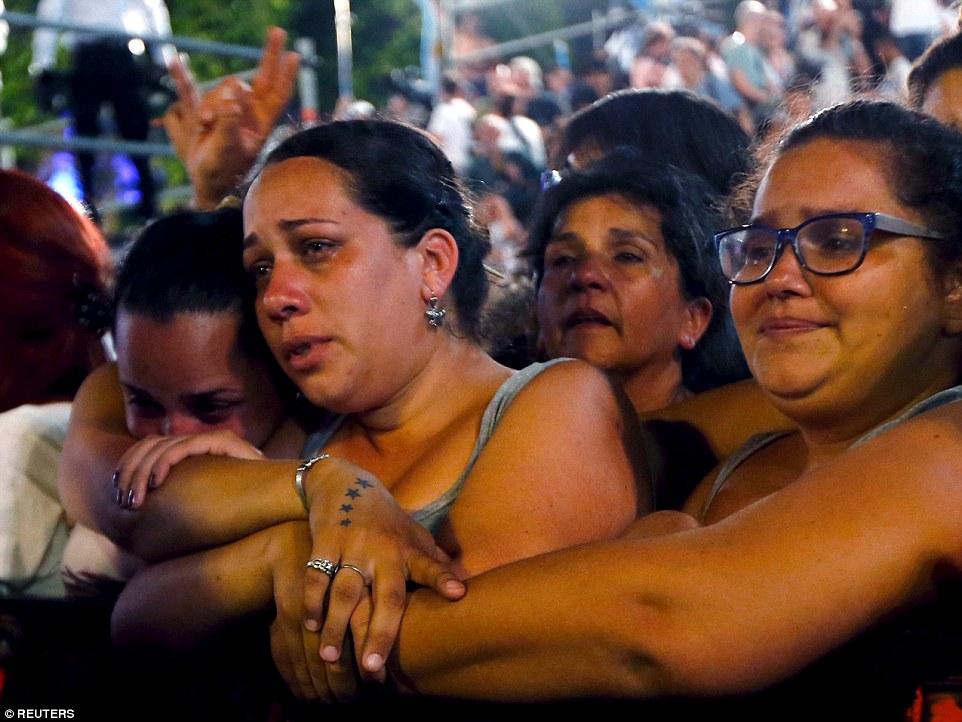 Partidarios de Kirchner lloran durante una ceremonia en su último día en el cargo fuera del palacio presidencial Casa Rosada en Buenos Aires