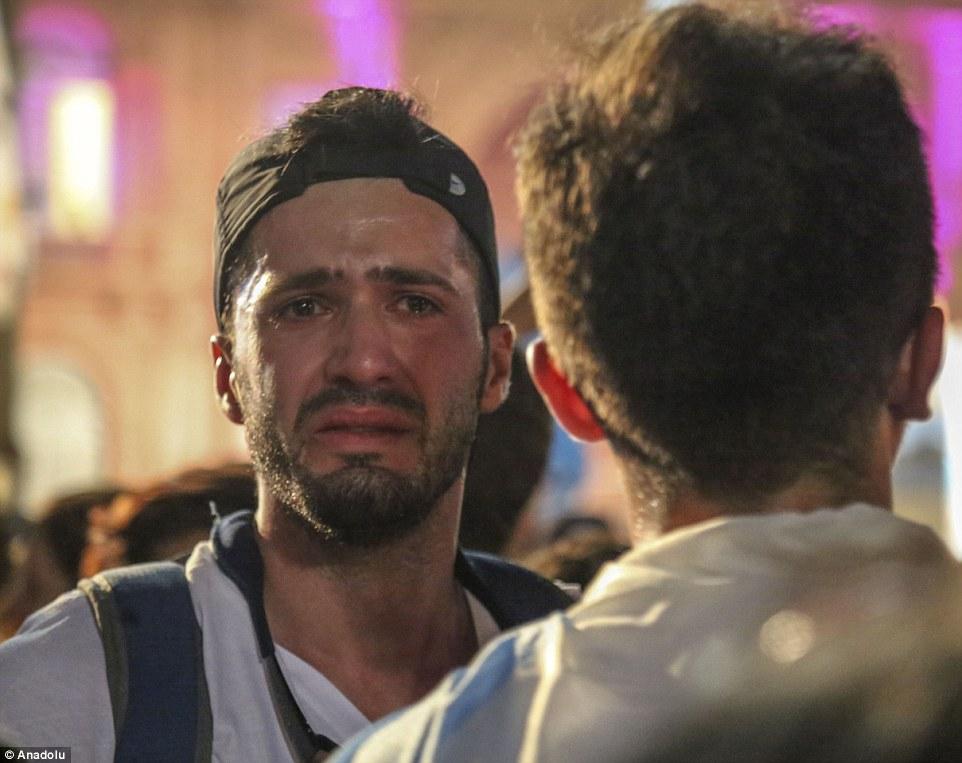 Un hombre llora mientras escucha el discurso de despedida el presidente saliente de Argentina, Cristina Fernández de Kirchner en la Casa Rosada