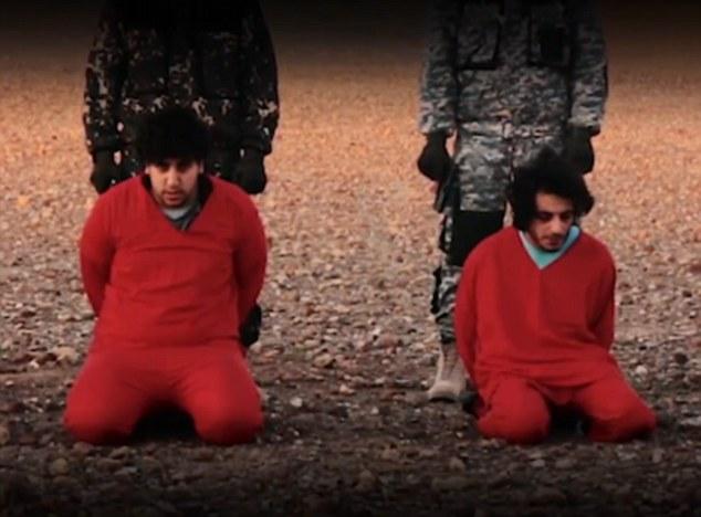 Cautivos del grupo terrorista (en la foto), vestidos con monos naranjas, fueron filmadas 'confesar' en árabe a espiar para el servicio de seguridad británico