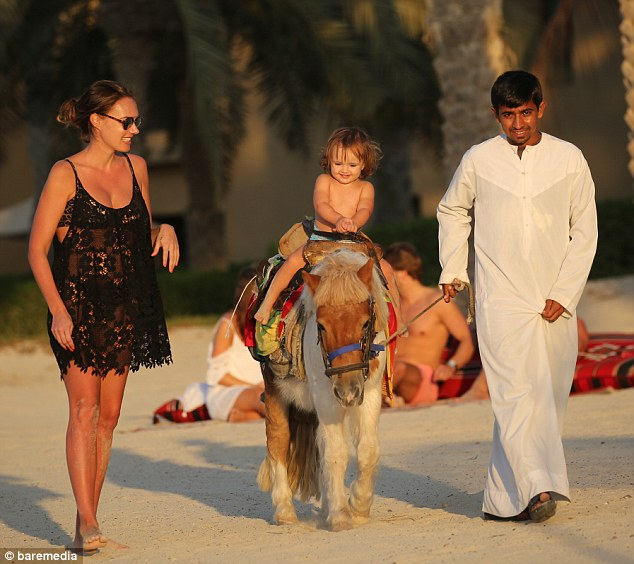 Divertimento no sol: Na soma final da tarde.  Tamara escoltado Sophia em um passeio de burro ao longo da praia