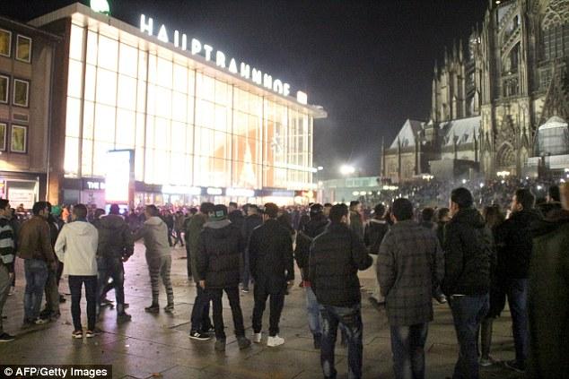 """Centenas de pessoas se reúnem em frente à principal estação ferroviária de Colónia, onde transtorno eclodiu na semana passada e grupos de """"árabe ou norte-africanas 'homens atacaram dezenas de mulheres"""