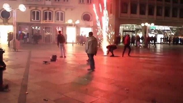 Embora houvesse algumas rupturas causadas por fogos de artifício (foto) e desordem geral, foi apenas alguns dias depois a verdadeira escala dos ataques sexuais com as celebrações públicas foram revelados