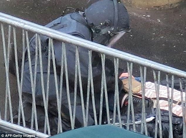 Investigação: Depois de pesquisar o corpo, a polícia francesa confirmou que o homem estava vestindo um cinto feito para se parecer com um colete suicida, mas que era uma farsa e não continha explosivos
