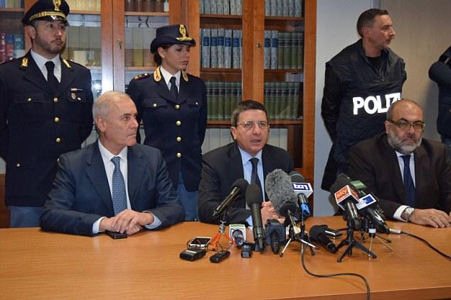 Arresto: jefe de la policía provincial jefe Raffaelle Micillo fiscal Giuseppe Creazzo y Flying Squad jefe Giacinto Profazio habló en una conferencia de prensa hoy, revelando que había arrestado a Cheik Tidiane Diaw