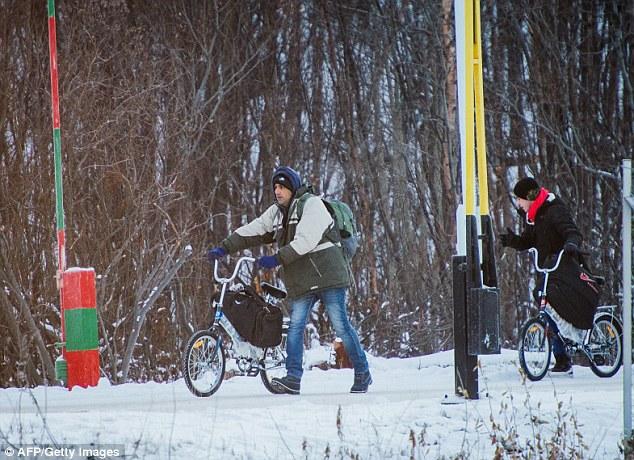 Nada menos que 5.500 solicitantes de asilo hicieron la travesía ártica peligrosa utiliza bicicletas para viajar a través del Storskog cruzando el año pasado