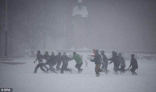 Nevasca deste fim de semana Jonas ropped neve da Costa do Golfo para a Nova Inglaterra, com quedas de neve quase recorde computados a partir de Washington, DC para Nova York. Nesta imagem, um grupo de homens são vistos jogando futebol no Brooklyn durante a tempestade