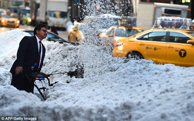 Nas últimas duas décadas, houve mais três tempestades de neve por ano a partir de abril a setembro em comparação com 1960-1994. Isso é de acordo com a pesquisa, que ainda tem de ser peer-reviewed, pelo geógrafo Jill Coleman no Ball State University em Muncie, Indiana. Na foto é de Nova York no rescaldo da tempestade Jonas