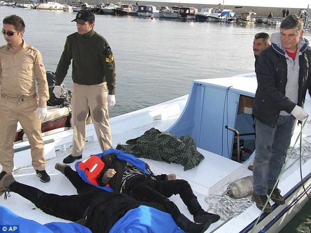Un barco que transportaba los cuerpos de algunos de los migrantes ahogados llega a puerto en Bakilesir, Turquía