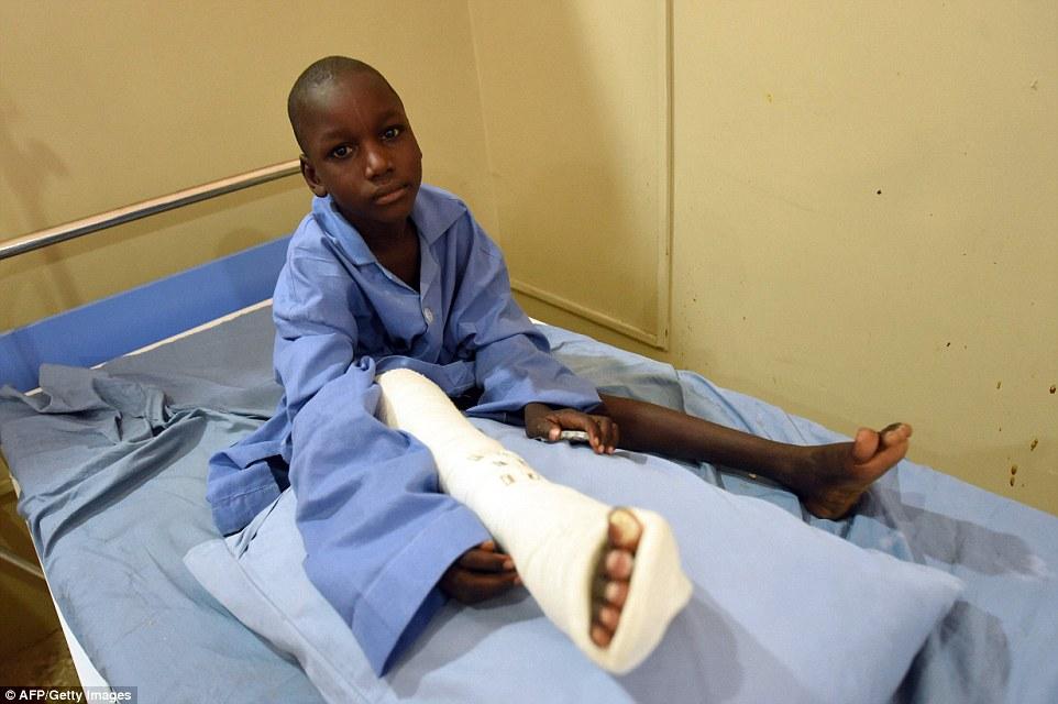 Em um determinado dia, o cirurgião trauma sênior com a Cruz Vermelha Internacional (CICV) pode ser encontrado na sala de operações, reparar os danos causados por balas e bombas de ataques de Boko Haram islâmicos em toda a Nigéria