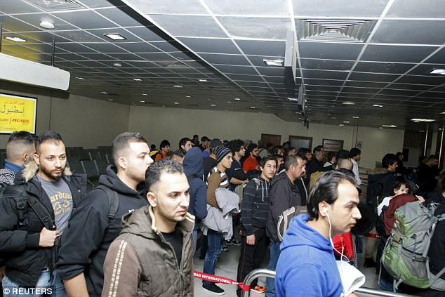 Cientos de refugiados con asientos en un vuelo desde Finlandia se abren paso por el aeropuerto