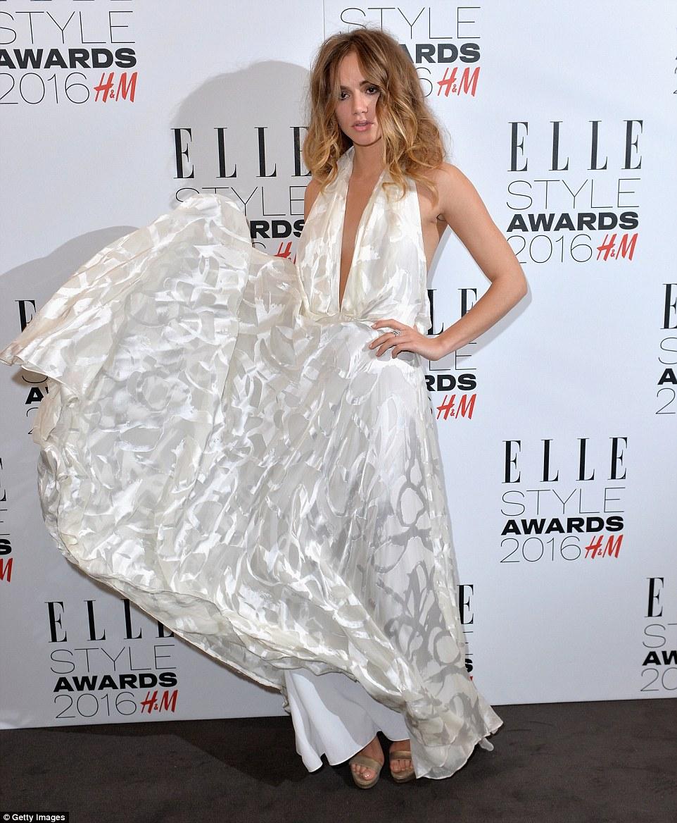 Todo o branco na Noite: modelo Britânico Suki Waterhouse plumped parágrafo hum vestido TODO branco Que ELA se espalharam com alegria