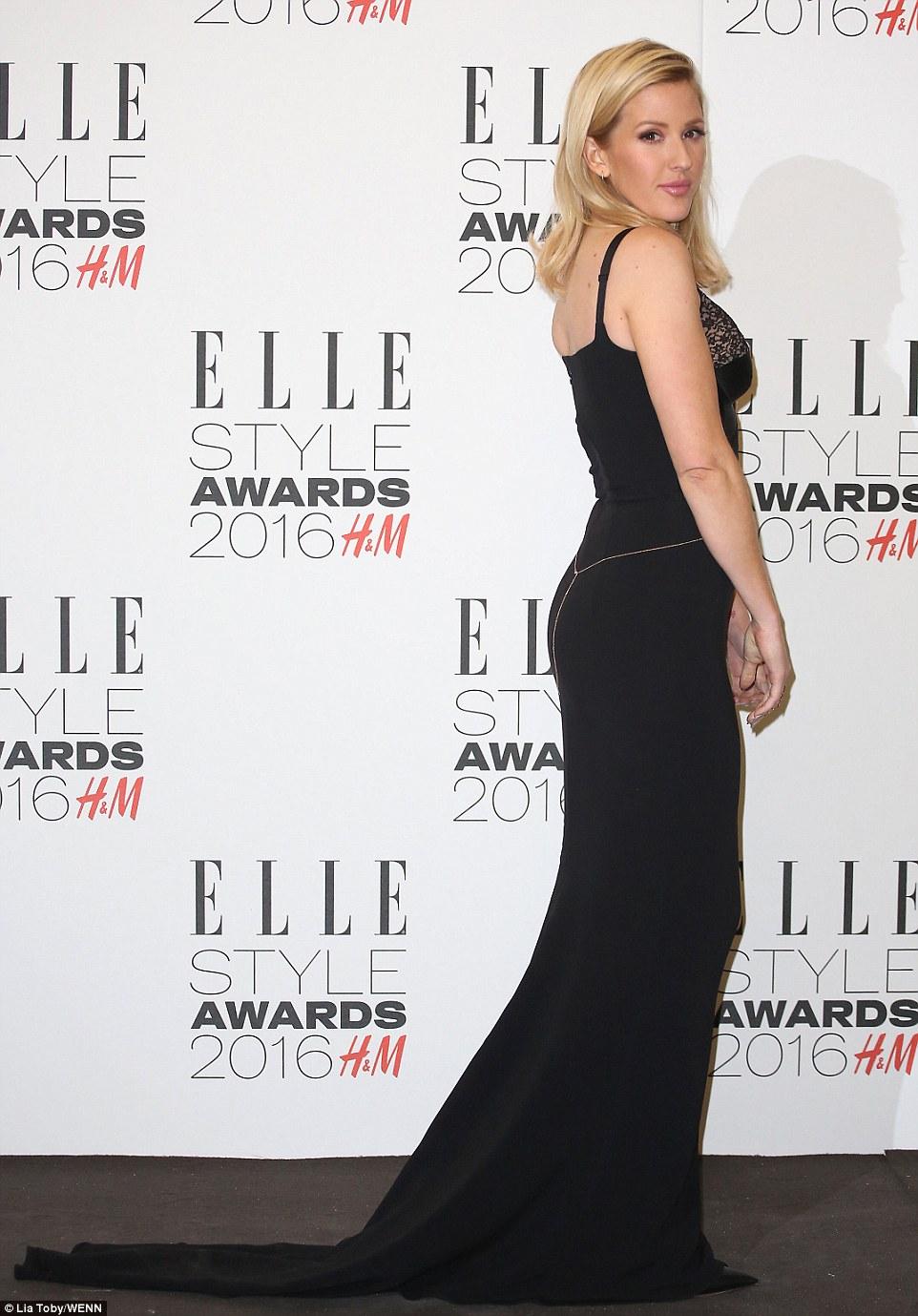 Dama de Preto: Ellie Goulding seguido Uma Regra de estilo Clássico e preso um parágrafo Uma cor A Noite