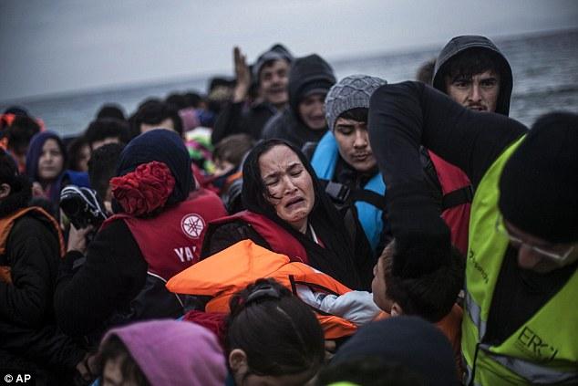 Una mujer afgana rompe a llorar después de llegar a la isla que tiene la pobreza y el conflicto en el extranjero