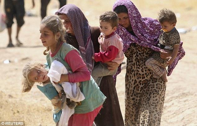 Hablando del día ISIS invadió su pueblo, Shirin dijo: Ellos nos miraban abiertamente chicas de arriba abajo y se rieron dirtily entre sí.  Sus miradas nos hicieron asustado y disgustado '(en la foto, yazidis que huyen del ataque)
