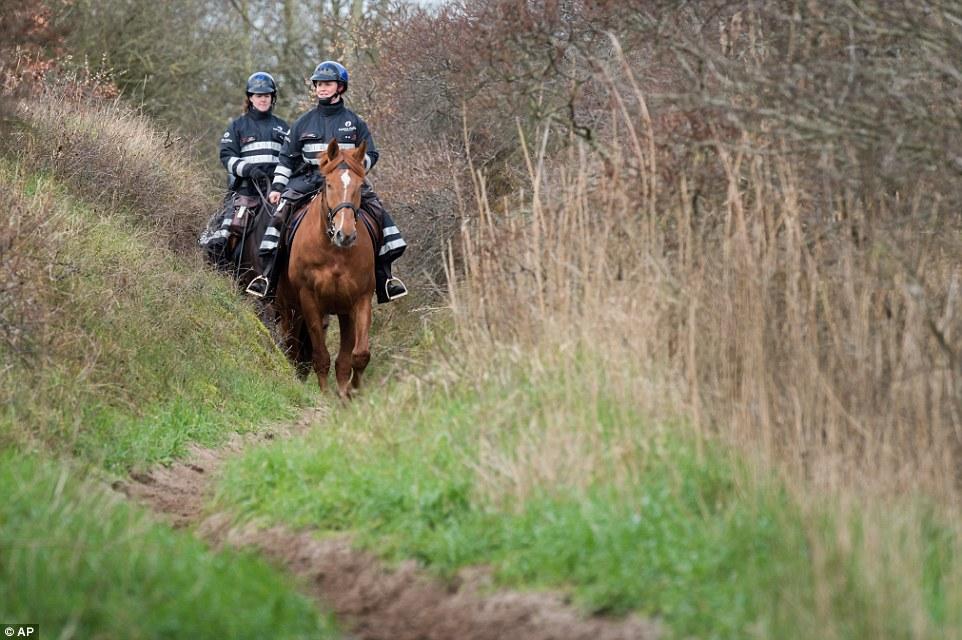 oficiales montados en caballos: Policía patrullan las dunas hoy en la frontera franco-belga en Adinkerke, Bélgica