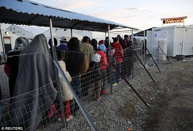 La UE sigue profundamente dividida sobre cómo manejar la crisis migratoria, especialmente durante los últimos cierres de fronteras por varios Estados miembros que han amenazado el espacio Schengen sin pasaporte.  Los refugiados se representan haciendo cola para la comida en la frontera entre Grecia y Macedonia