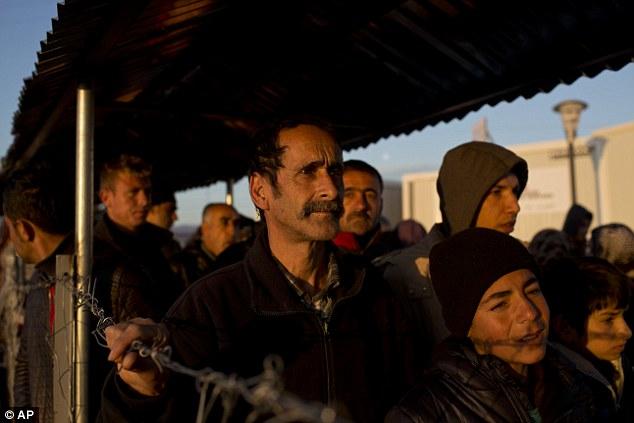La crisis ratcheted hasta el fin de semana después de Macedonia cerró su frontera griega a los afganos porque los países más arriba en la ruta se estaban volviendo de nuevo los grupos de ese país