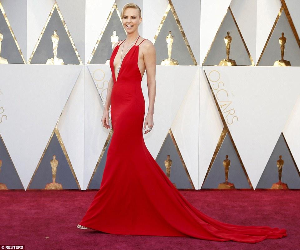 Saucy de escarlate: Charlize Theron foi tudo sobre o apelo sexual em um vestido vermelho muito decotadas e furtivo