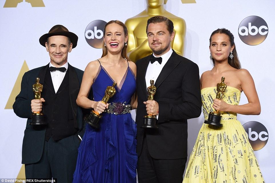 Class of 2016: Mark Rylance, Brie, Leo, e Alicia Vikander posou nos bastidores depois de vencer nas categorias de atuação