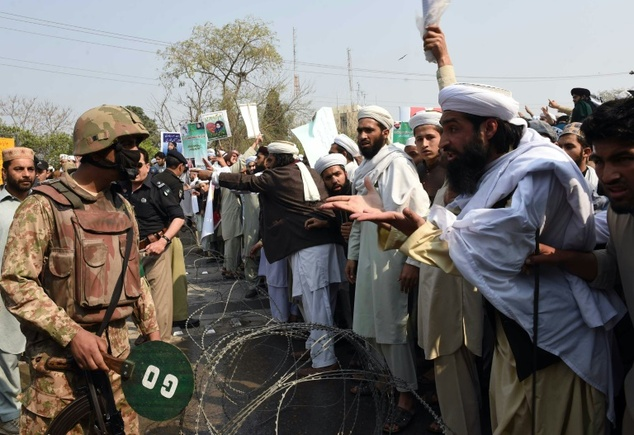 Supporters of convicted murderer Mumtaz Qadri argue with soldiers during a protest against Qadri's execution, in Peshawar, on February 29, 2016