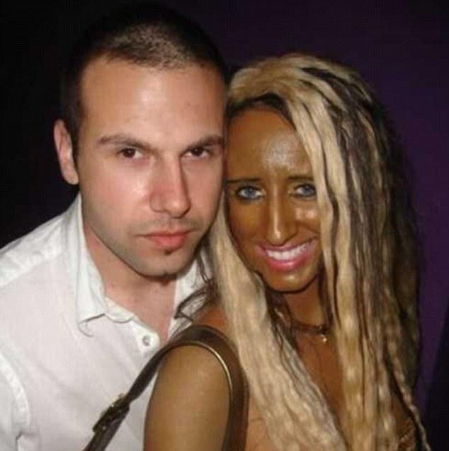 ¿Es realmente el aspecto que se va para?  épica de esta mujer fracasan en el intento de conseguir un aspecto bronceado ha dejado su aspecto bastante cómica oscura, como ella se representa suavizar las relaciones para una foto con un compañero masculino