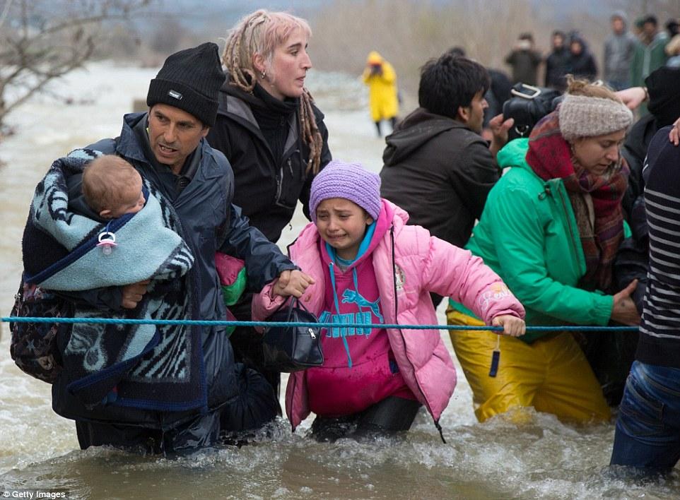 Aterrador: Para algunos de los migrantes más jóvenes, el cruce es una perspectiva aterradora y representados, un emotivo garras de la chica joven sobre una cuerda guía y la mano de un adulto para la seguridad