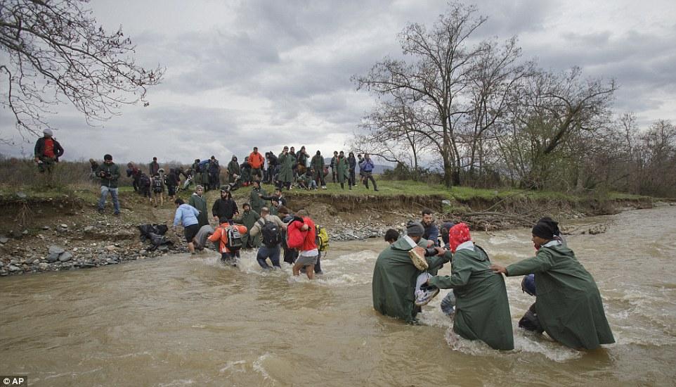 En la foto, los migrantes que llegan a la orilla ilesos, ahora podrían enfrentarse a más dificultades y la posible detención, ya que continúan con su viaje