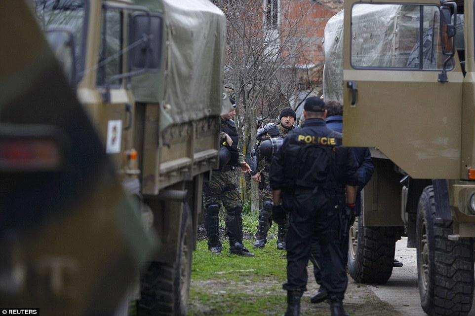 soldados macedonios y los migrantes de escolta de la policía que han cruzado la frontera ilegalmente desde Grecia, en camiones del ejército en el pueblo de Moini
