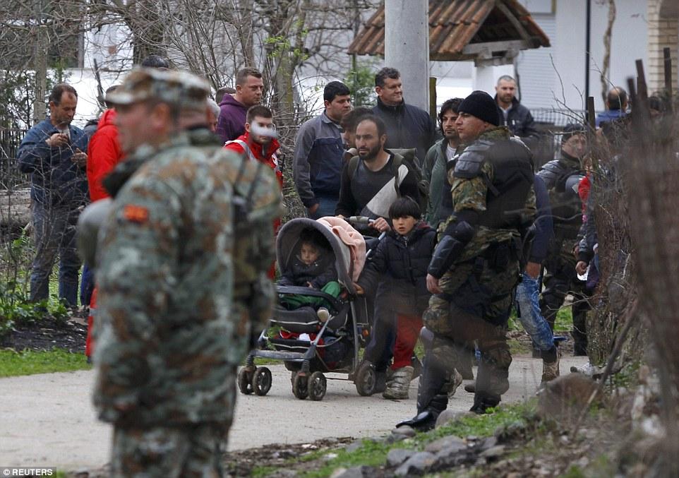 Cientos de inmigrantes que arriesgan la muerte cruza un río traicionero para entrar en Macedonia han sido detenidos y enviados de vuelta a Grecia