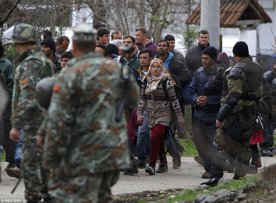 viaje inútil: Un oficial de policía de Macedonia dijo que los 'policía y el ejército habían comenzado los migrantes que regresan'