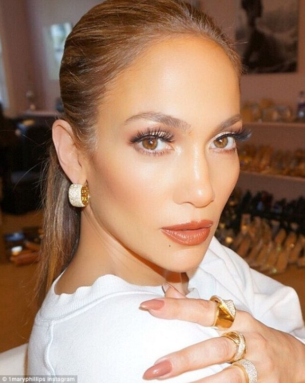 Jennifer Lopez dazzles in elegant gown at Fashion Los