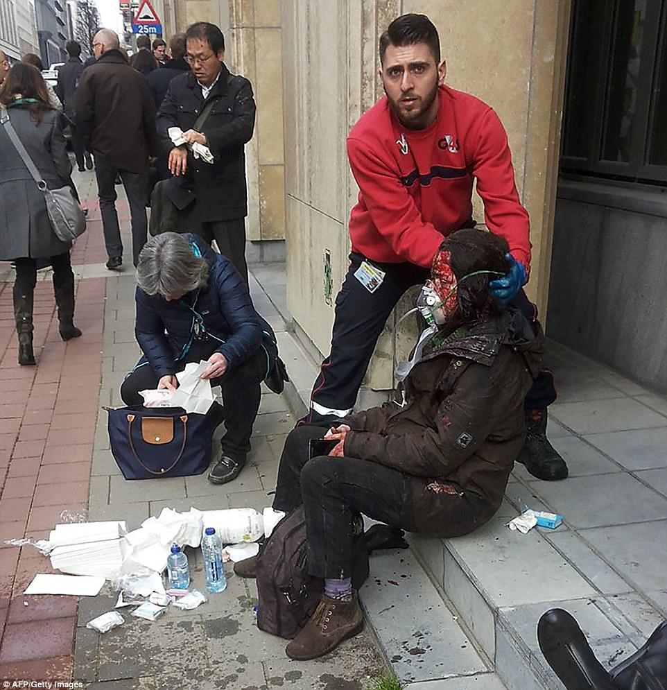 Víctima: Un viajero ensangrentada se le da oxígeno y tratado por una lesión en la cabeza en la acera fuera de la estación de metro, donde fue bombardeado un tren