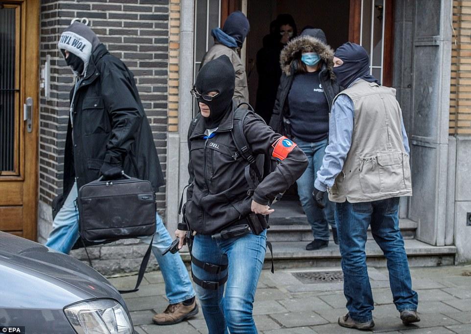 Antiterrorista incursión: la policía irrumpió en una propiedad en el distrito de Anderlecht en Bruselas hoy y se observaron bolsas de recogida de posibles pruebas