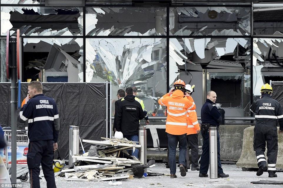 Carnicería: Hubo escenas de devastación en la terminal principal del aeropuerto de Bruselas Nacional hoy como los equipos de rescate y los funcionarios continuaron escoger a través de los escombros tras las dos explosiones de bombas mañana de ayer en el que murieron 14 personas y decenas de heridos