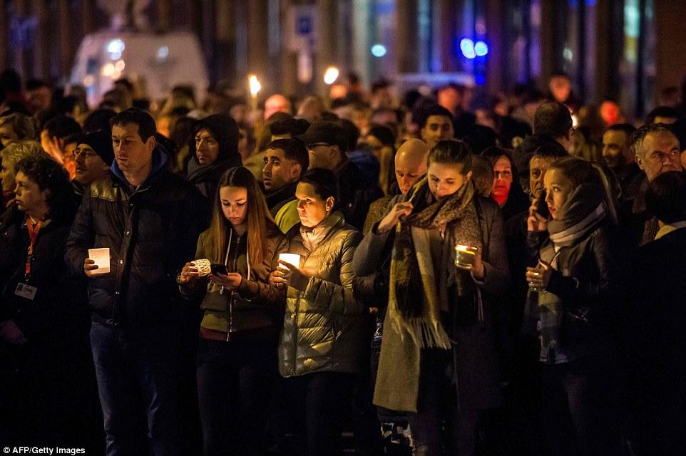 Estados de luto: el personal del aeropuerto Desconsolado, los familiares de las víctimas y los miembros del público se reúnen fuera del aeropuerto para rendir homenaje