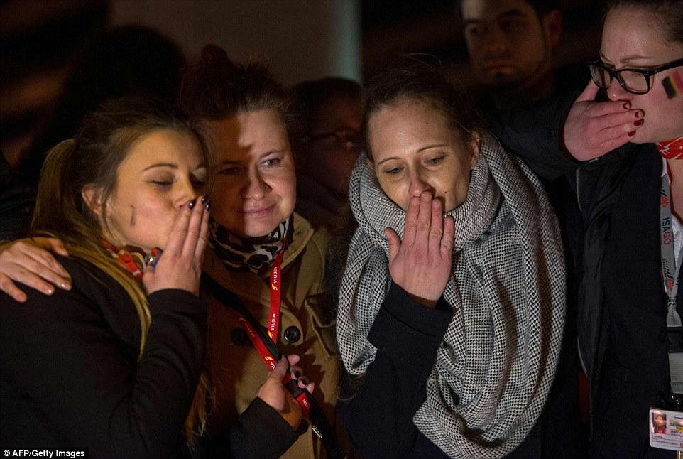 Los dolientes afligidos: lanzaron besos a los que murieron en los ataques terroristas, ya que asistieron a una vigilia esta noche fuera aeropuertos del país