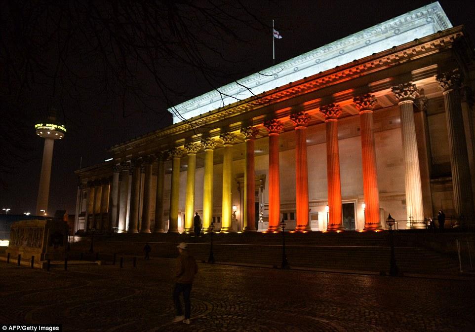 Liverpool: Pasillo de San Jorge también estuvo implicado en las conmemoraciones.  Se formularon preguntas después de unos puntos de referencia del Reino Unido se iluminaron anoche