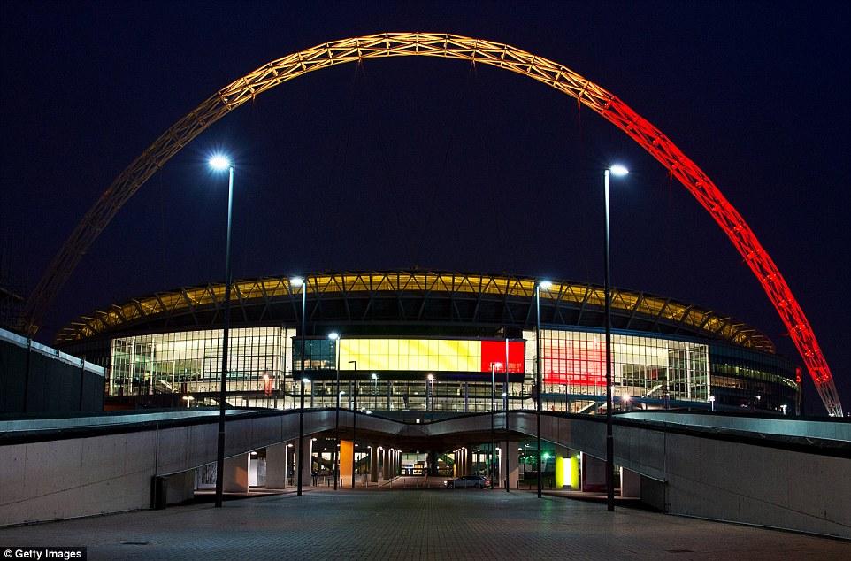 Respeto: Los arcos del estadio de Wembley en Londres también se iluminaron en el rojo, amarillo y negro de la bandera belga tonght