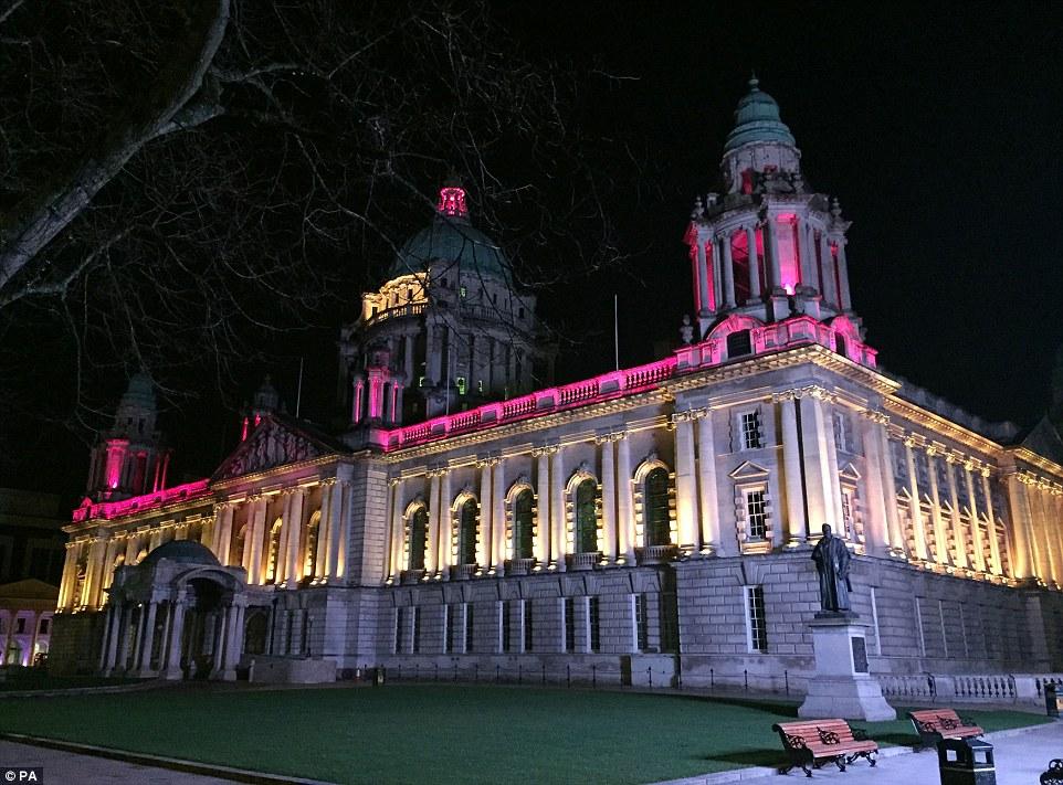 Belfast: El imponente ayuntamiento se iluminó en el negro, amarillo y rojo de la bandera belga en memoria de las víctimas de los ataques