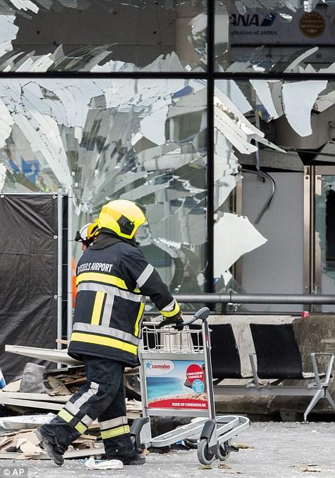 Consecuencias: los trabajadores de servicios de emergencia continuaban sus esfuerzos en el aeropuerto de Bruselas hoy como la ciudad entró en tres días de luto