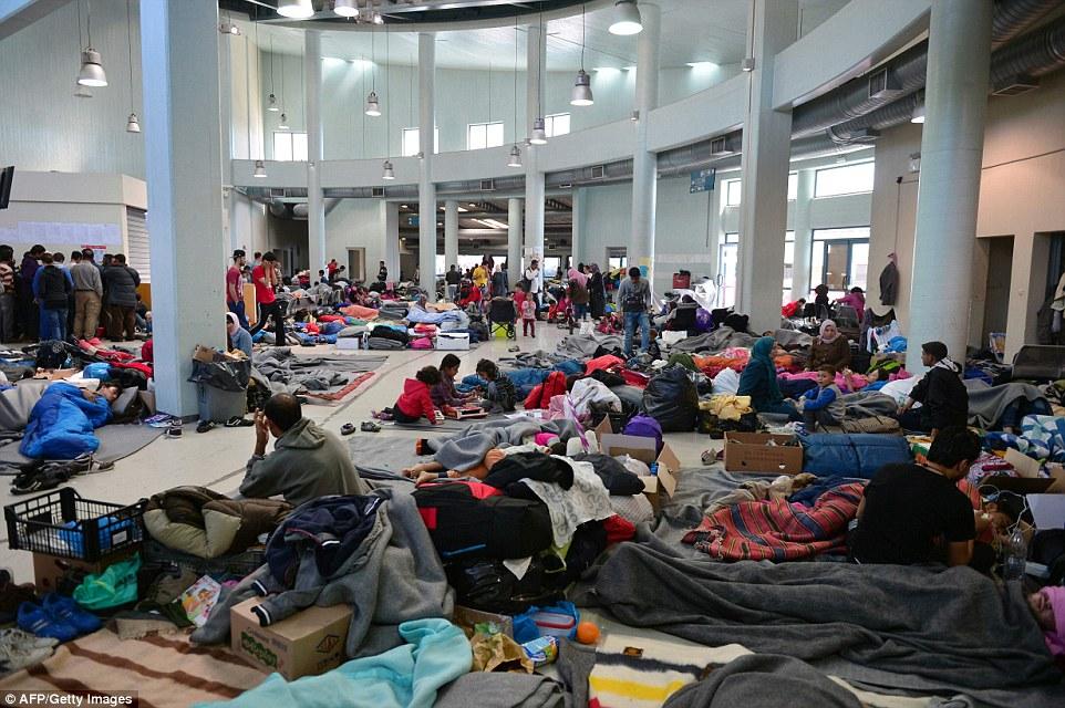 El escalonamiento: Cerca de 6.000 personas permanecen atrapados en el puerto más grande del puerto de El Pireo, cerca de Atenas del país, habiendo llegado allí en los transbordadores de las islas griegas cercanas a Turquía antes del acuerdo