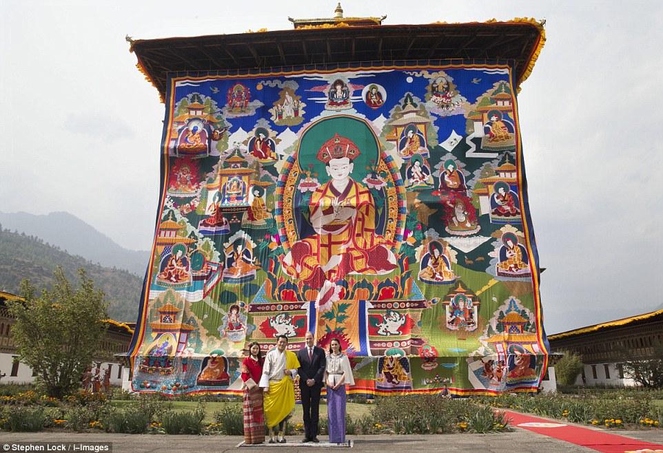 O duque ea duquesa de Cambridge posar para fotografias com o rei ea rainha do Butão na frente do Dzong Temple Tashichho