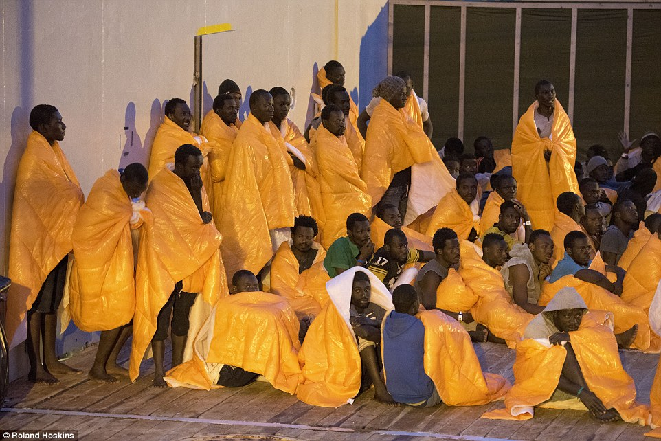 Esperan: Las llegadas fueron rescatados a sólo 30 millas de la costa de Libia por buques militares europeos, que habían navegado 750 millas para recogerlos