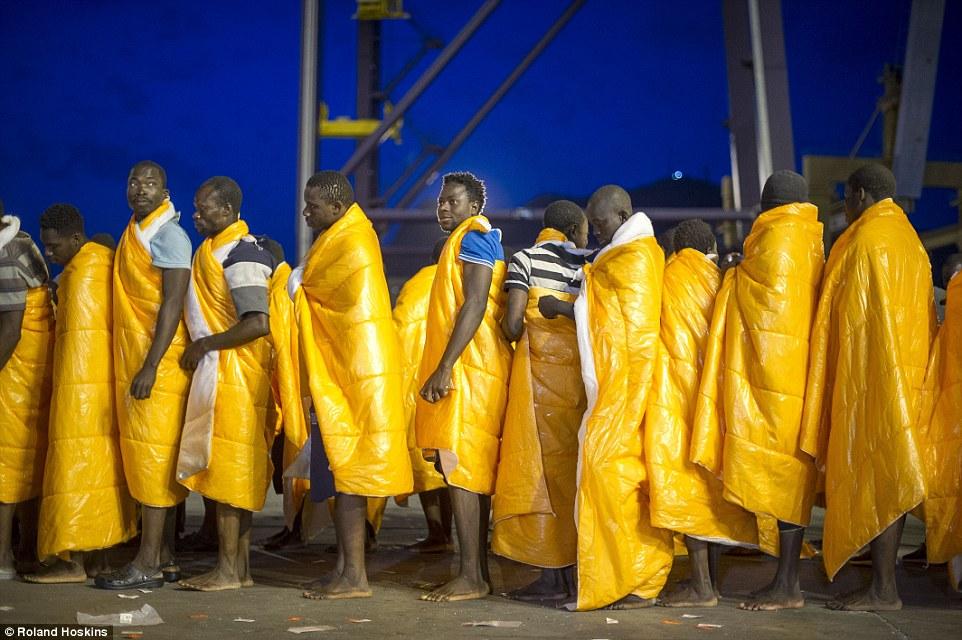 Alivio: La travesía marítima en Europa está llena de peligros, incluyendo pinchazos que causan los botes se hundan o peleas durante el viaje